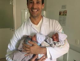 Dr. Renato Janone com os gêmeos João e Lucas