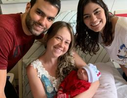 Família feliz com a chegada da Júlia