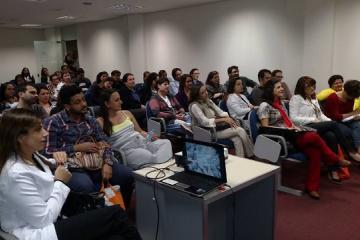 Oitenta pessoas lotaram o auditório da Associação Médica de MG.