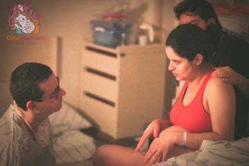 Deborah Costa e seu companheiro, Diego,  no momento do nascimento de Enzo (foto de Kalu Brum)